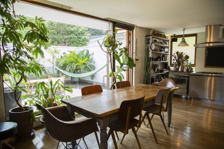 Living Room (2F)